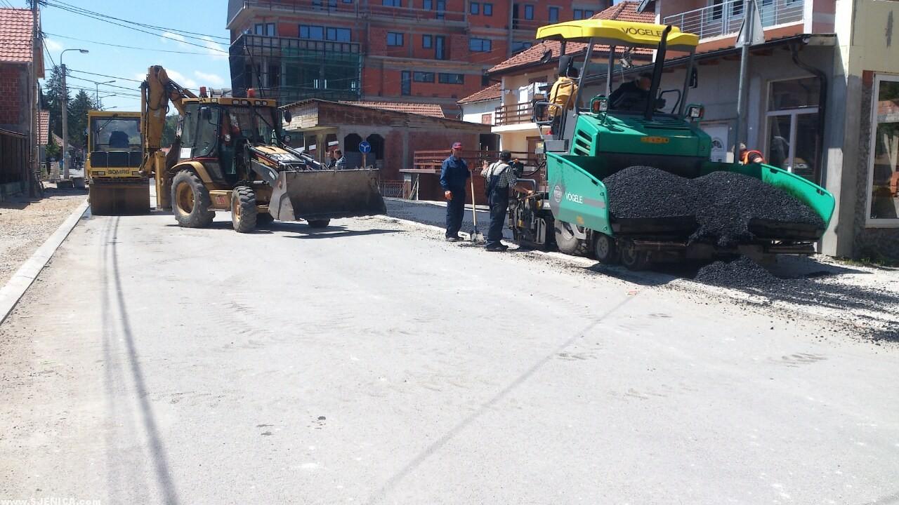 Asfaltiranje trotoara u Sjenici - 29.05.2015. / Sjenica