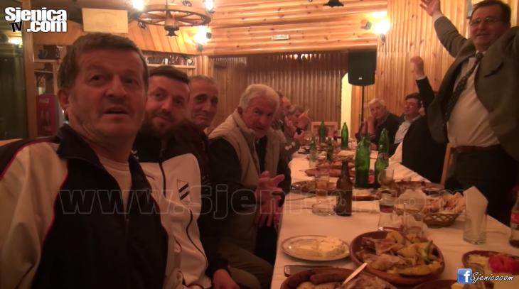 DRUZENJE UZ MUZIKU NAKON PROMOCIJE KNJIGE FK SLOGA UZ RINGA I KOMPANIJU - Sjenica.com