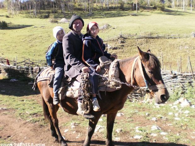 jelici - deca sa ocem idu u skolu na konju - www.sjenica.com