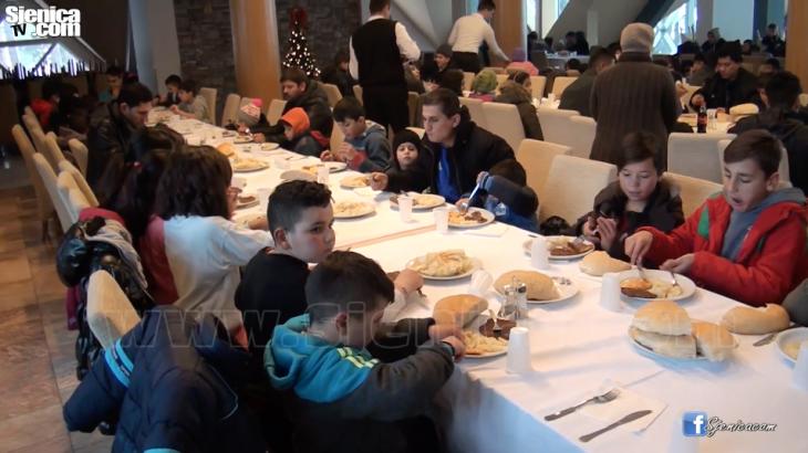 Organizovan rucak za decu izbeglice - Video - Sjenica - Hotel Borovi