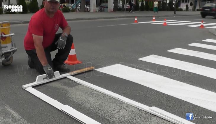 Pocelo obelezavanje horizontalne signalizacije u centru Sjenice - Jun 2016