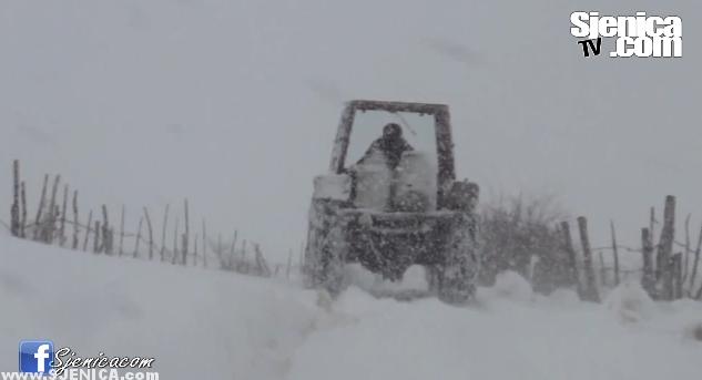 Traktor Sjenica veje snijeg / Februar 2015.